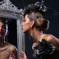 femeie-privind-in-oglinda